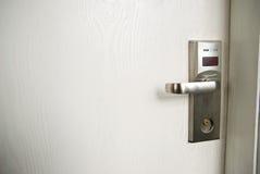 Деревянная дверь с ручкой металла и положением двери цифров Стоковая Фотография