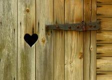 Деревянная дверь с сердцем Стоковые Фото