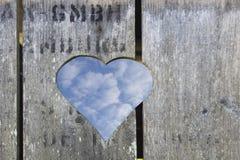Деревянная дверь с формой сердца стоковые изображения rf