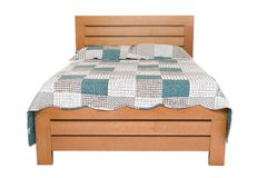 Деревянная двуспальная кровать изолированная на белизне Стоковая Фотография RF
