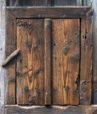 Деревянная деревенская калитка закрыла вращаясь замком стоковые фото