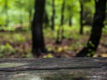деревянная доска на красочной расплывчатой предпосылке стоковая фотография rf