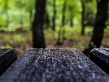 деревянная доска на красочной расплывчатой предпосылке стоковая фотография