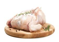 Деревянная доска с всем свежим цыпленком, специями стоковые изображения rf