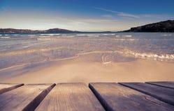Деревянная доска с красивым пляжем как предпосылка, рубиновый ретро фильтр стоковые фотографии rf