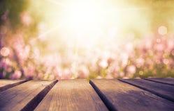 Деревянная доска с полем цветка Эрики как предпосылка, рубиновый ретро фильтр стоковая фотография rf