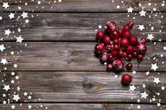 Деревянная деревенская предпосылка рождества с красными шариками и как рамка Стоковое фото RF
