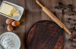 Деревянная деревенская таблица с всем вам для печь печений Стоковая Фотография