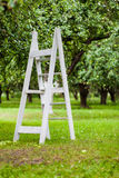 Деревянная лестница в саде яблока Стоковые Изображения RF