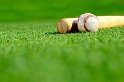 Деревянная летучая мышь и бейсбол Стоковые Изображения RF