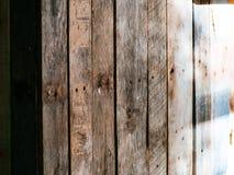Деревянная загородка между домами стоковые фото