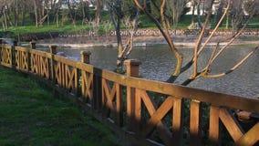 Деревянная загородка на береговой линии озера видеоматериал