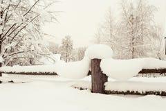Деревянная загородка покрытая с мягким ясным снегом Wintertime outdoors я стоковые фотографии rf