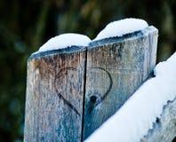 Деревянная загородка с выгравированным сердцем стоковое изображение rf