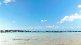 Деревянная загородка вокруг острова коралла акции видеоматериалы
