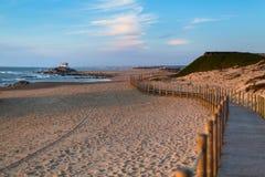 Деревянная загородка на песчанных дюнах на пляже Miramar на атлантическом побережье Португалии Природа стоковые изображения