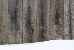 Деревянная загородка покрытая с снежком стоковое фото