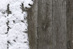 Деревянная загородка покрытая с снежком стоковая фотография rf