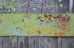 Деревянная загородка с выпушкой металла, с старой краской Стоковая Фотография RF