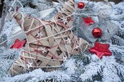 Деревянная звезда на снежной рождественской елке Стоковое Изображение
