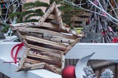 Деревянная звезда на снежной рождественской елке Стоковая Фотография RF