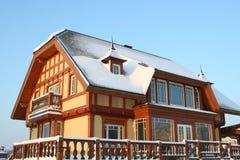 Деревянная зима дома Стоковая Фотография RF