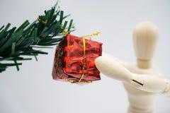 Деревянная диаграмма кукла и красная подарочная коробка на белом backgound стоковые фотографии rf