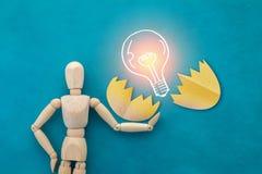 Деревянная диаграмма пролом человека электрической лампочки выставки вне с раковины яичка jpg Стоковые Фотографии RF