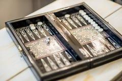 Деревянная игра нард установленная на деревянный стол, селективный фокус на белизне 2 dices Стоковое фото RF