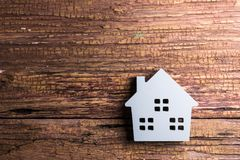 Деревянная игрушка дома на деревянной предпосылке с космосом экземпляра Реальное Estat Стоковое Изображение RF