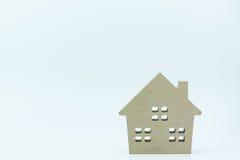 Деревянная игрушка дома изолированная на белой предпосылке с космосом экземпляра Re Стоковое Изображение