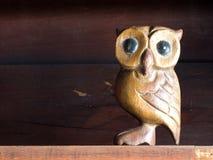 Деревянная игрушка сыча положенная на полку Стоковые Фото