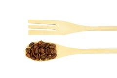 Деревянная изолированная ложка с взгляд сверху кофейных зерен Стоковое фото RF