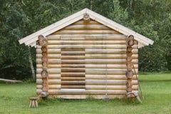 Деревянная кабина в лесе под конструкцией Сырье Стоковое Изображение RF
