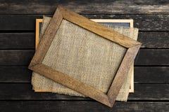 Деревянная картинная рамка на поле гессенской ткани темном деревянном Стоковое Изображение