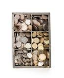 деревянная касса вполне монеток фунта стерлинга Стоковые Фото