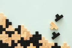 Деревянная квадратная головоломка tangram, над предпосылкой мяты стоковое фото rf