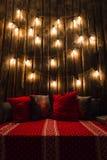 Деревянная комната в деревенском доме с электрическими лампочками стены и дизайнера, украшенным местом для места Красные серые по Стоковое фото RF
