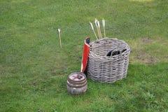 Деревянная корзина используемая для того чтобы хранить средневековое оборудование archery, с arr стоковые изображения rf