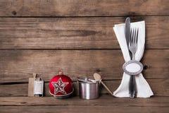 Деревянная коричневая предпосылка рождества с столовым прибором и белым napki Стоковое фото RF