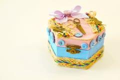 Деревянная коробка для кнопок и needlework стоковая фотография rf
