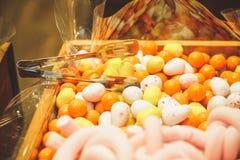 Деревянная коробка заполненная к наполняется до краев с пестротканым candie радуги стоковые фотографии rf