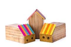 Деревянная коробка карандаша в форме дома в белой предпосылке стоковые изображения
