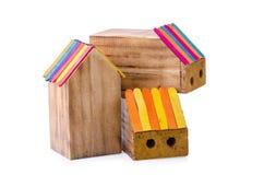 Деревянная коробка карандаша в форме дома в белой предпосылке стоковые изображения rf