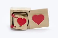 Деревянная коробка на белой предпосылке с сообщением влюбленности Стоковые Изображения RF