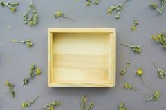 Деревянная коробка на фоне полевых цветков Пустое место для объекта стоковое фото