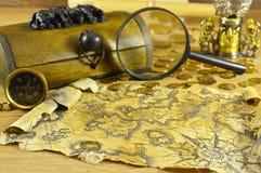 Деревянная коробка с компасом и картой Стоковые Изображения