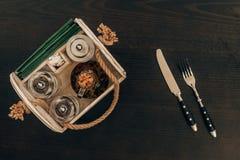 деревянная коробка с точильщиком оливкового масла и перца на деревянном столе Стоковое Фото