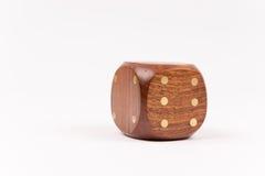 Деревянная кость казино изолированная на белой предпосылке Стоковые Изображения RF