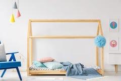 Деревянная кровать DIY в современном интерьере спальни ` s ребенка с голубым armc Стоковое Изображение RF